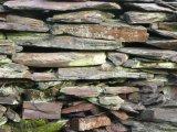 mur de schiste, typique de la région.